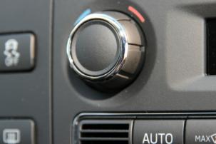 Klimatizace v autě zvyšuje komfort i bezpečnost, ale má také svá rizika. Víte, jaká to jsou?